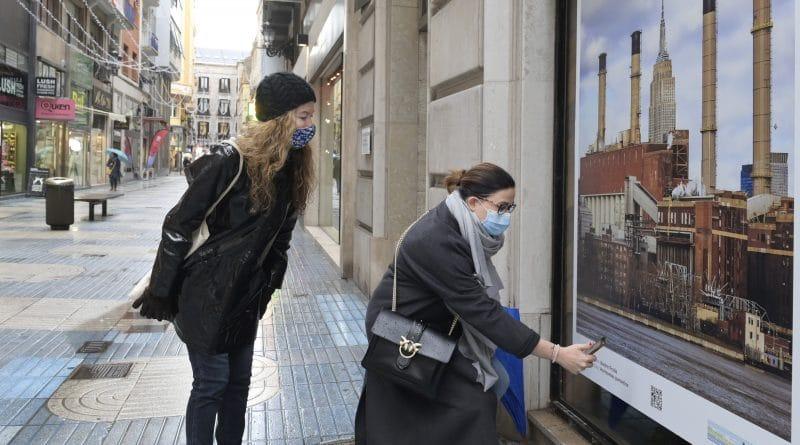 50 escaparates desocupados de Santander se llenan de arte local